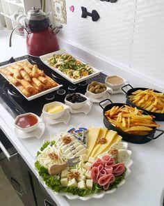 Görüntünün olası içeriği: oturan insanlar, masa, yiyecek ve iç mekan