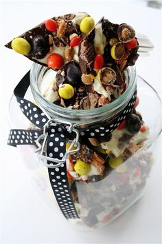 Looks easy and could be a great gift idea.. Change the color of the candy and it could be any seasonal gift.
