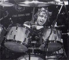 Phil Rudd : [b]ahora es el turno de Phil Rudd. batero de AC/DC casi desde sus inicios, unos años se separo de la banda, pero volvio y supongo que se quedara hasta que se termine AC/DC. saludos---------------------------------------------------------------------------- SI QUERES FIRMAR UNA PETICIÓN PARA QUE LOS CAPOS DE AC/DC VENGA A SUDAMERICA, FIRMA ...