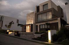 Casa SS. Fachada / Muros de piedra / Iluminación / Nocturna. Código Z Arquitectos.