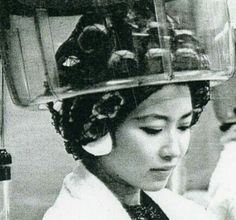 they don't always use the ear covers , i sat 90 minutes once with huge silver earrings that were burning me like crazy. the stylist said we can't get the earrings out with the curlers in. Asian Perm, Sleep In Hair Rollers, Bobe, Hair Setting, Roller Set, Like Crazy, Curlers, Vintage Glamour, How To Take Photos