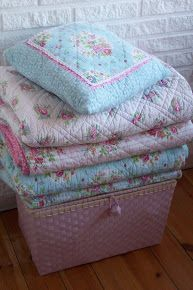 Change for western decor: an answer to afghans, throw blankets in living room. Shabby Chic Quilts, Shabby Chic Cottage, Shabby Chic Decor, Cottage Style, Shabby Fabrics, Awesome Bedrooms, Beautiful Bedrooms, French Chic, Western Decor