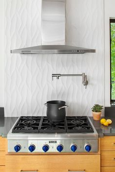 A vertical backsplash is different, but not too different, for those who like to play it safe while exploring their creativity. For a fresh twist on a modern classic, try laying subway tile vertically or turn a textured or tile sideways. Cool Kitchens, Kitchen Remodel, Modern Kitchen, Contemporary Kitchen, New Kitchen, Contemporary Backsplash, Kitchen Tiles Backsplash, Rustic Kitchen, Kitchen Design