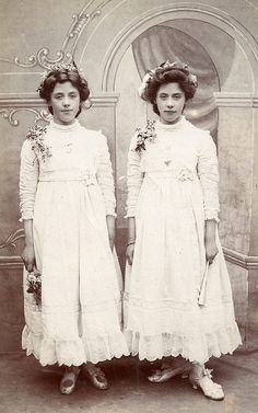 ▫Duets▫ sisters, twins & groups of two in art and photos - The Watkin twins. Antique Pictures, Old Pictures, Old Photos, Vintage Children Photos, Vintage Twins, Vintage Photographs, Vintage Photos, Old Fashioned Photos, Twin Photos