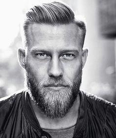 coiffure pour homme et coupe banane avec barbe et cheveux blonds