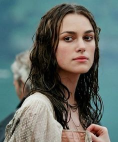 Keira Knightley as Elizabeth Swann in Pirates the Caribbean: the Curse of the Black Pearl Elizabeth Swann, Will And Elizabeth, Elizabeth Turner, Keira Knightley Pirates, Keira Christina Knightley, Nathalie Portman, Hollywood, Pirate Life, Chef D Oeuvre