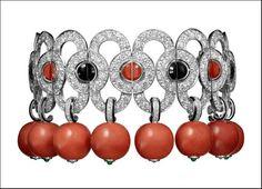 Étourdissant Cartier, bracciale Flamboyant in platino con otto perle di corallo, lacca nera, coralli e onice a forma di mezza luna e diamanti taglio brillante