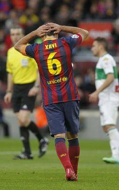 Xavi se lleva las manos a la cabeza tras fallar el penalti