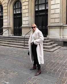 Want to feel like a queen? This long faux fur elevates your style to the next level 👸 Long Beige Faux Fur Coat with pockets on the side. Beige Faux Fur Coat, Queen, Fashion Women, Style Fashion, Personal Style, Your Style, Fashion Dresses, Normcore, Fall Lookbook
