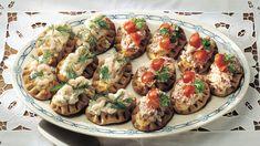 Cocktailpiirakat kinkku-juustokuorrutuksella ovat helppo tarjoiltava juhliin ja illanistujaisiin. Suolaisen naposteltavan koristelussa vain taivas on rajana! Bruschetta, Baked Potato, Shrimp, Potatoes, Meat, Chicken, Baking, Ethnic Recipes, Food