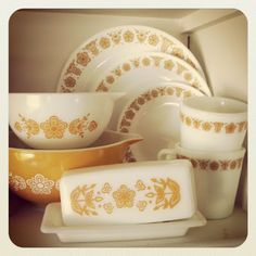 """Corelle dishes that I grew up with. Vintage Corelle & Pyrex """"Butterfly Gold""""The Corelle dishes that I grew up with. Vintage Kitchenware, Vintage Dishes, Vintage Glassware, Vintage Items, Retro Vintage, Vintage Pyrex, Corningware Vintage, Vintage Tupperware, Vintage Stuff"""