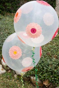 Decorar globos con flores hechas con base de cupcakes