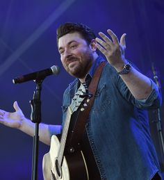 Chris Young Photos - Singer/Songwriter Chris Young performs at Tree Town Music Festival - Day 4 on May 2017 in Heritage Park Forest City, Iowa. Country Music Stars, Country Music Singers, Blake Shelton The Voice, Chris Young Songs, Alan Young, Forest City, Jake Owen, Florida Georgia Line