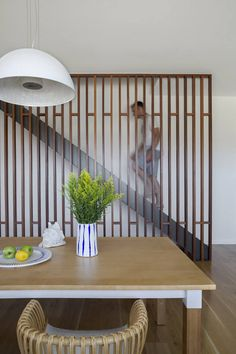 modern wooden screen to cover the staircase and make the dining area cozier Modern Railing, Modern Stairs, Interior Stairs, Interior Design Living Room, Timber Slats, Wooden Slats, Stairs In Living Room, Balustrades, Wooden Screen