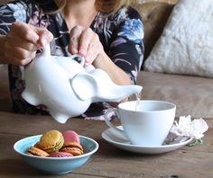 Tee mit Teekanne Elefant und Macarons
