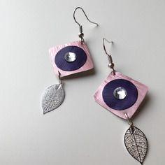 Boucles d'oreille roses et violettes en capsule de café nespresso avec un strass blanc et une estampe plume argenté
