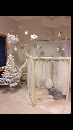 New idea for a cozy corner in the Library for next year. Diy Christmas Lights, Christmas Window Decorations, Learning Spaces, Learning Environments, Sensory Lights, Sensory Rooms, Sensory Tubs, Book Corners, Theme Noel