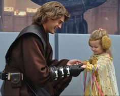 Anakin Meets A Tiny Padmé At Star Wars Weekends [Cosplay] Anakin Skywalker Kid, Anakin And Padme, Star Wars Rebels, Star Wars Art, Star Trek, Starwars, Fangirl, Movies And Series, Face Characters