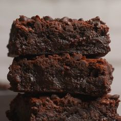 These brownies are so fudgy and chocolatey they will soon be your favorite brownies ever. Rich and decadent and totally divine. Beste Brownies, Fudgy Brownies, Smores Brownies, Cheese Brownies, Healthy Brownies, Caramel Brownies, Cheesecake Brownies, Brownie Recipe Video, Fudgy Brownie Recipe