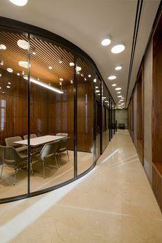 Rendkívül elegáns iroda. Intelligens vezérléssel hangulat adható az irodának akkor is ha nem tartózkodik ott senki illetve optimalizálható az energiafogyasztás a világítás és fűtés/hűtés szabályozásával.  Russian Mortgage Banks Moscow Offices