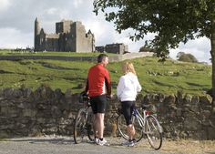 Vélo au Rock of Cashel, Tipperary - Failte Ireland Tours, Ireland, Rock, Backpacking Ireland, Wales, Skirt, Locks, Rock Music, Irish