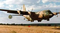 SAAF C130 doing a drop... C 130, Army Day, Us Army, Military Art, Military History, C130 Hercules, South African Air Force, F14 Tomcat, Defence Force