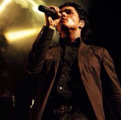 Did I ever mention how fucking beautiful Gerard looks when he is in a suit and all sweaty on face...da fuq I'm so fucking weird