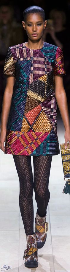 Burberry Prorsum at London Fashion Week Fall 2016 - Runway Photos Colorful Fashion, Love Fashion, Runway Fashion, High Fashion, Winter Fashion, Fashion Show, Womens Fashion, Fashion Design, Fashion Trends