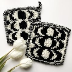 Potholders inspired by Marimekko Kaivo. Yarn Inspiration, Marimekko, Hot Pads, Diy Crochet, Pot Holders, Knitting Patterns, Textiles, Throw Pillows, Embroidery