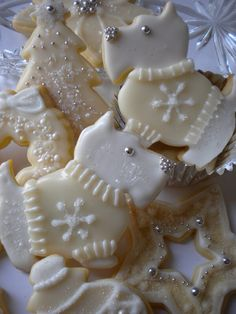 Learn how to make easy and fun Christmas treats for kids to make - sugar cookies! These recipes are super easy to make and will make the perfect holiday desserts over the festive season! Galletas Cookies, Dog Cookies, Fancy Cookies, Iced Cookies, Cute Cookies, Cookies Et Biscuits, Cupcake Cookies, Dog Biscuits, Christmas Sugar Cookies
