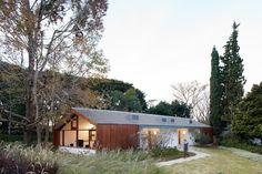 Galeria da Arquitetura | Casa de Hóspedes - A casa está implantada entre um conjunto de ciprestes e um plátano