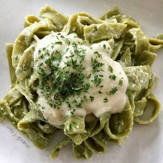 Skip the heavy cream and opt for this flavorful cauliflower alfredo sauce that is just a decadent and packed full of flavor and creaminess. Eating Raw, Healthy Eating, Lunches And Dinners, Meals, Vegetarian Recipes, Healthy Recipes, Top Recipes, Healthy Snacks, Lunch Meal Prep