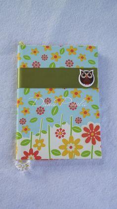 Caderno Brochura com 96 folhas e forrado com tecido de algodão florido, fita de cetim verde musgo e aplique coruja.  Encomendas: artesdanapaula@gmail.com