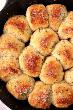 Garlic Parmesan Skillet Rolls Recipe Crunchy Creamy Sweet-Garlic Parmesan Skillet Rolls Recipe - buttery rolls baked in a skillet for a fun pull-apart effect. Perfect with a bowl of soup or pasta! Iron Skillet Recipes, Cast Iron Recipes, Bread Recipes, Cooking Recipes, Gourmet Dinner Recipes, Garlic Recipes, Buttery Rolls, Cast Iron Cooking, Cast Iron Bread