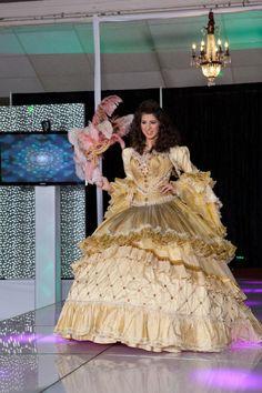 Finalmente Mitzy, el diseñador de las estrellas, presento su colección de vestidos de Quinceañera con un tema barroco, incluyendo deliciosa...
