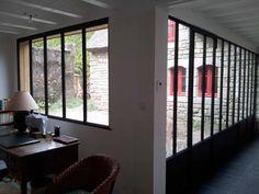 Photo Des grandes baies vitrées en acier sur un patio