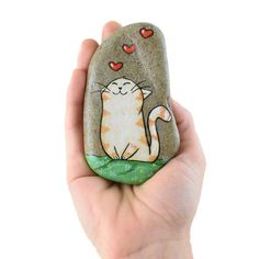 Tabby cat, cat in love, painted rock, painted cat, hanging stone - ROCK ART Painted Rock Animals, Painted Rocks Craft, Hand Painted Rocks, Rock Painting Patterns, Rock Painting Ideas Easy, Rock Painting Designs, Pebble Painting, Love Painting, Pebble Art
