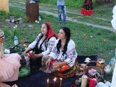Vrăjitoarea Elena Minodora a condus ritual de sacrificiu la baltă filamt pentru tv Moscova - Vrăjitoare România Mai, Couple Photos, Portal, Couple Pics