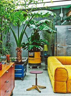 De Spaanse acteur Gustavo Salmerón woont in een stulpje in Madrid waar de kleurrijke meubelstukken en woonaccessoires mooi afsteken bij het industriële pand.