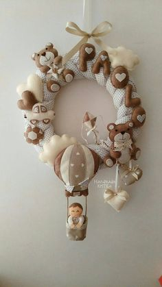 The birth bow is composed of a garland of woven fabric with teddy bears and a hot air balloon with baby. Customizable in any color and with any name. Felt Crafts, Diy Crafts, Baby Stork, Crochet Wreath, Felt Banner, Felt Baby, Diy Doll, Baby Decor, Diy Flowers