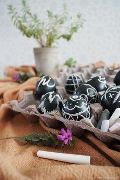 DIY chalkboard Easter eggs // Huevos de Pascua tipo pizarrón por casahaus.net
