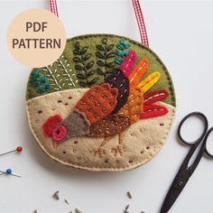 Felt Ornaments Patterns, Felt Crafts Patterns, Bag Patterns To Sew, Cool Patterns, Sewing Patterns, Embroidery Hoop Art, Embroidery Patterns, Cottage Crafts, Lavender Bags