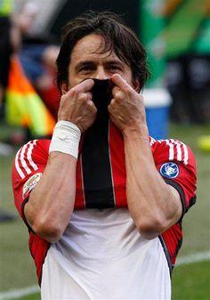 Ultimo gol di Pippo in carriera, stagione 2011-12, 38a di campionato Milan Novara 2-1 il gol della vittoria a pochi minuti dalla fine e prima dell'ultimo saluto ai tifosi.