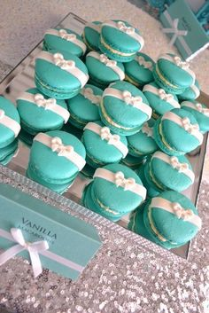 Great idea to decorate macaroons/cookies/cupcakes for a shower with a TIFFANY blue theme. Tiffany Et Co, Tiffany Theme, Tiffany Party, Tiffany Wedding, Tiffany Blue Weddings, Tiffany Sweet 16, Tiffany Box, Green Weddings, Romantic Weddings