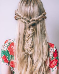 A fishtail meets the half-up hairdo. #refinery29 http://www.refinery29.com/2016/11/130157/amber-fillerup-clark-extensions-barefoot-blonde#slide-9