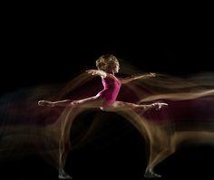 Long Exposures Capture Acrobatic Dancers in Motion - My Modern Metropolis