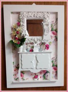 Lindo quadro confeccionado em mdf, pintura branca, fundo em decoupage com papel importado, com motivos florais <br>(rosas), com aparador e manequim em mdf, miniaturas em re <br>sina, espelho provençal, miniaturas de perfume, vasinho cera <br>mica com flores importadas, rico em detalhes! <br>*Exclusividade atelier By Dreams*