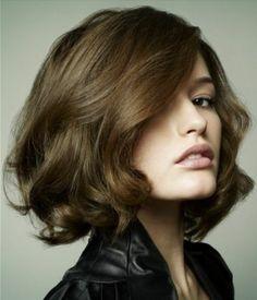coupe de cheveux courte couleur marron clair, visage pale, jolie fille
