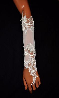 Brautstulpen - Brauthandschuhe Lange Spitze Perlen Creme / Ivory - ein Designerstück von Veilnika bei DaWanda