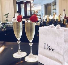 champagne, strawberries AND a little something from Dior 🍾🍓 Rich Lifestyle, Luxury Lifestyle, Lifestyle Shop, Lifestyle Trends, Desayuno Romantico Ideas, City Chic, Billionaire Lifestyle, Expensive Taste, Luxury Shop